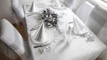 dekoracija stola belo srebrno