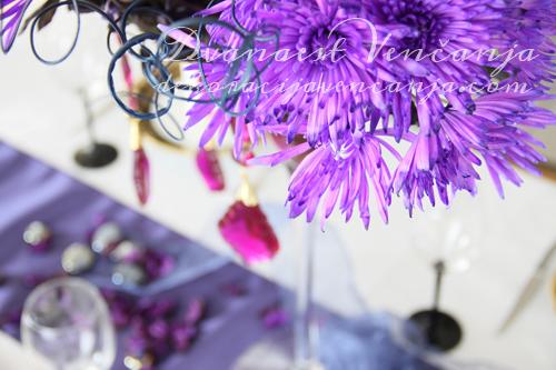 dekoracija-stola-purpurna-boja1
