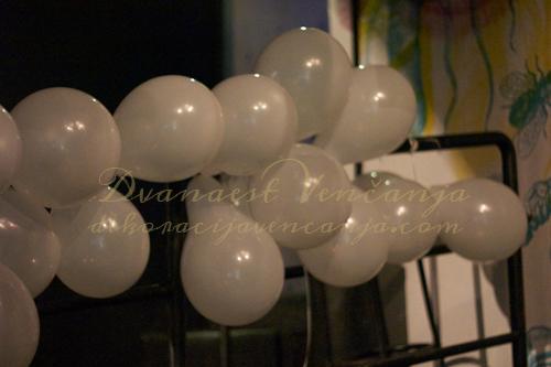 Beli-baloni-dekoracija-kluba-plastik