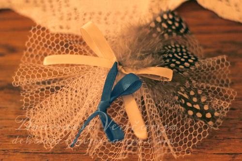 Cvetici-za-kicenje-svatova-plava-tracica-i-pera-na-tufne