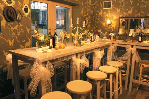 dekoracija-mladenackog-stola-bele-masne-sareno-cvece