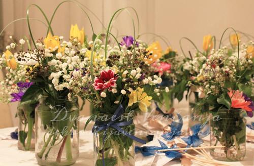 dekoracija-stola-raznobojnim-cvecem-tegle-i-masne
