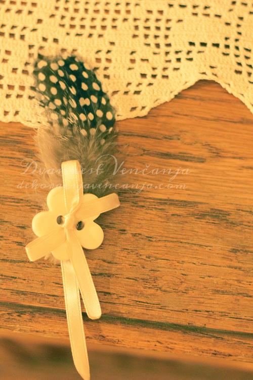 kicenje-svatova-bez-dugme-u-obliku-cveta-i-pera