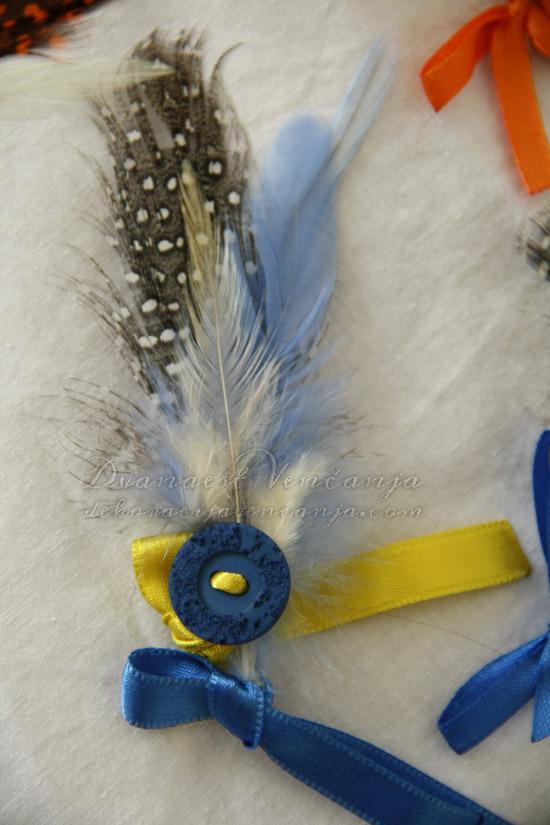 cvetic-za-kicenje-svatova-plavo-perje-dugme-masne