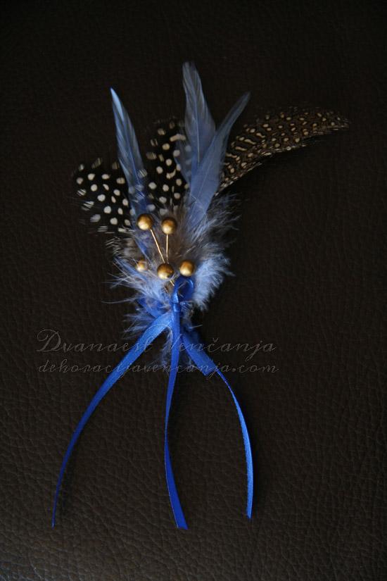 cvetic-za-kicenje-svatova-plavo-perje-kuglice-masne
