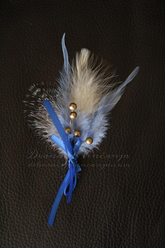 cvetic-za-kicenje-svatova-plavo-perje-kuglice