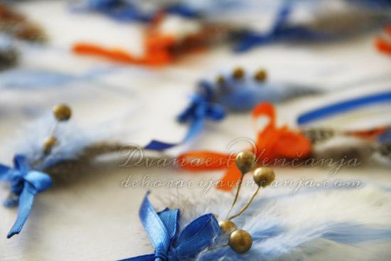 cvetici-za-kicenje-svatova-plavo-narandzasto-perje-kuglice-masne