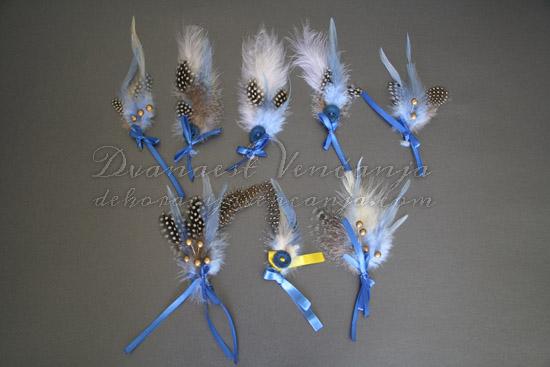 cvetici-za-kicenje-svatova-plavo-perje-kuglice-masne-dugme
