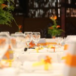 dekoracija stola narandzasto i zuto