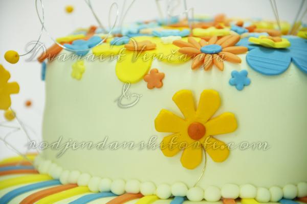 svadbena torta u skladu sa dekoracijom vencanja