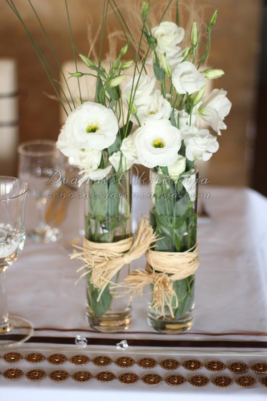 belo cveće na mladenačkom stolu