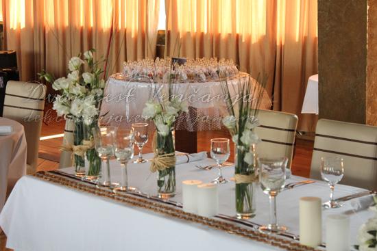 dekoracija mladenačkog stola cvetni aranzmani