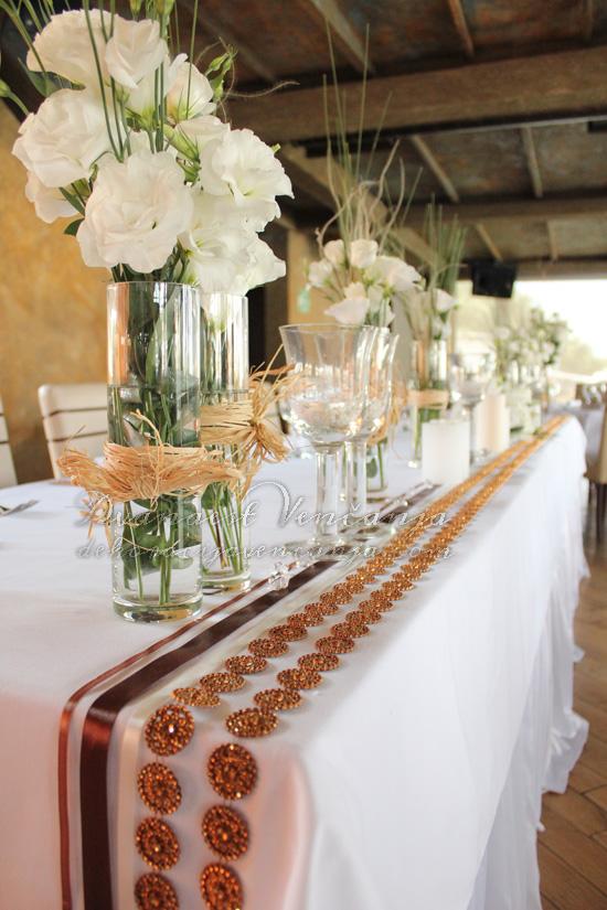 dekoracija mladenackog stola cveće  trake cirkoni