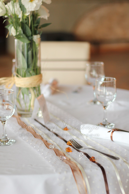 dekoracija stola nastoljnjak sa trakama