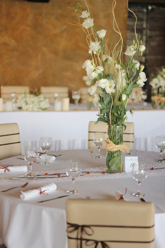 braon bež dekoracija stola