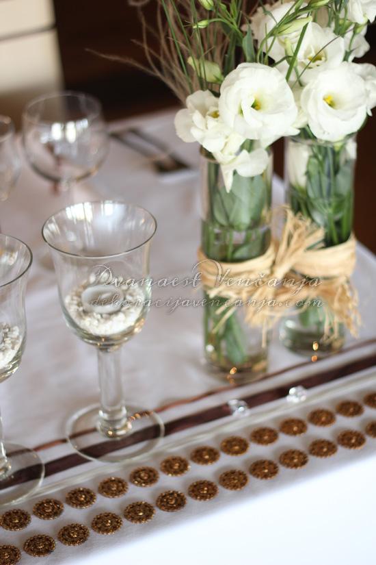 detalj mladenačkog stola cveće trake i cirkoni
