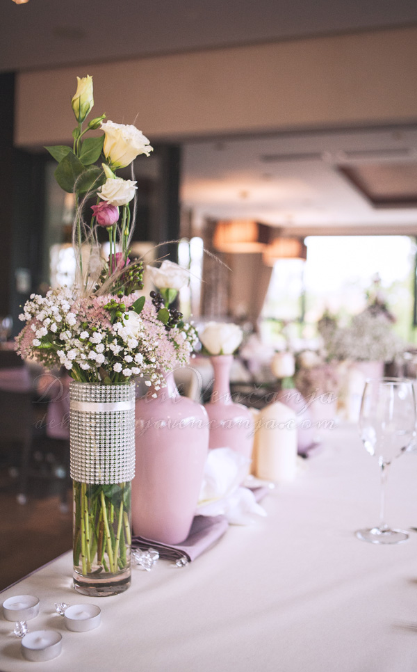 dekoracija mladenackog stola boja lavande