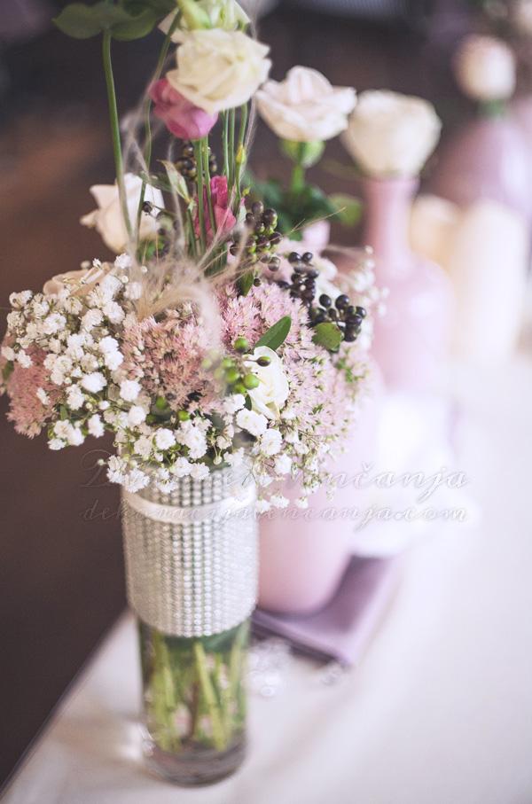 cvetna dekoracija mladenacki sto