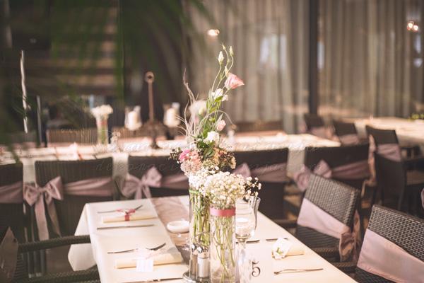 cvetna dekoracija stola boje lavande
