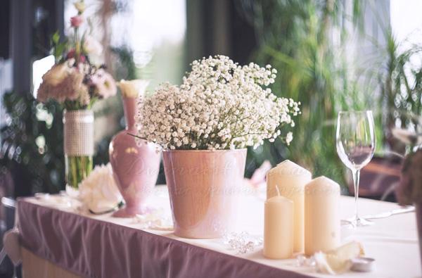 dekoracija mladenackog stola u boji lavande