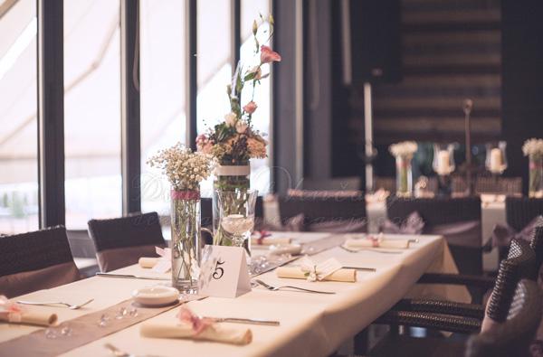 dekoracija stola nastoljnjak cvetni aranzmani boja lavande