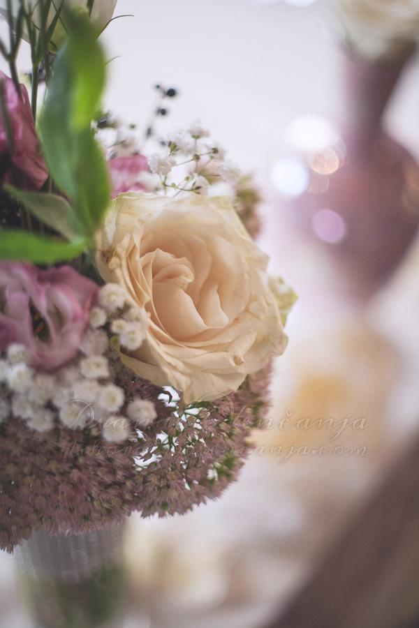 detalj cvetne dekoracije mladenackog stola