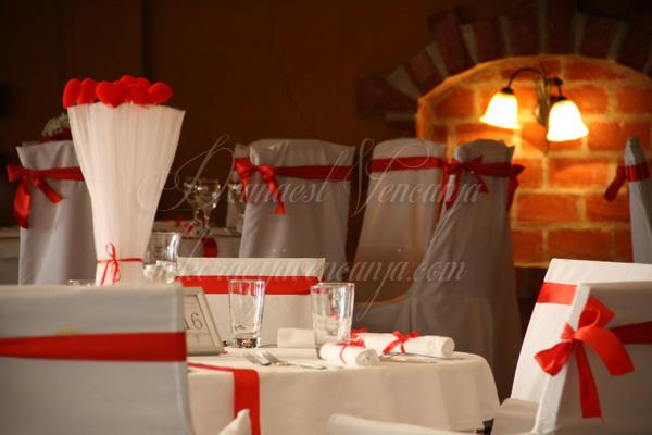 crvena dekoracija plisana srca