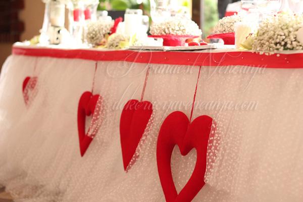 dekor mladenackog stola pufnasta suknja od tila