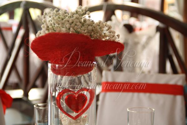 dekoracija stola crveno i belo