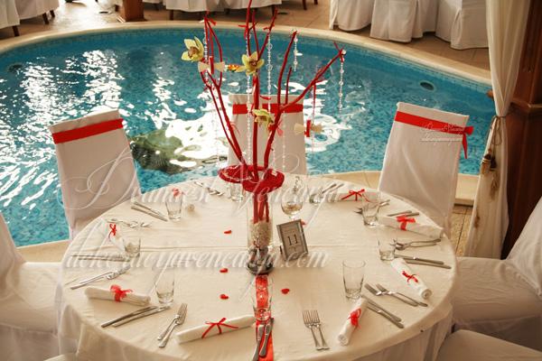 dekoracija stola crveno drvo