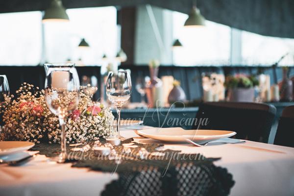 dekoracija stola boja lavande i zelena cipka restoran biber