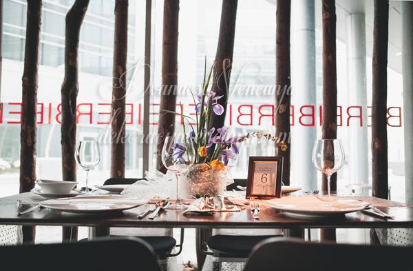 dekoracija stola cvetni aranzman