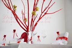 crveno drvo dekoracija vencanja